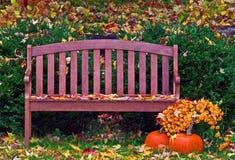 庭院长凳在秋天雨中 免版税库存图片