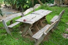 庭院长木凳在庭院里 免版税库存图片