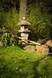 庭院雕塑在日本庭院里 免版税库存图片