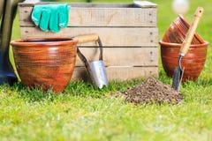 庭院从事园艺的春天工具 库存图片
