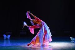 庭院蝴蝶振翼中国古典舞蹈 免版税图库摄影