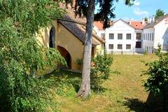 庭院 被加强的中世纪撒克逊人的福音派教会在阿格尼塔Agnetheln, Transilvania,罗马尼亚 免版税库存图片