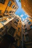 庭院` s结构在圣彼德堡,俄罗斯塑造 结构 免版税库存照片