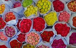 康乃馨的各种各样的颜色开花散装在花市场上 库存照片
