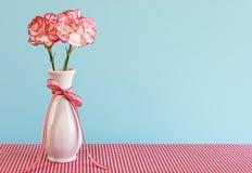 康乃馨红色花瓶白色 免版税库存照片