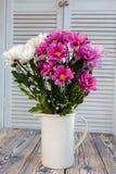 康乃馨花束在一个花瓶的仿照普罗旺斯样式 库存照片