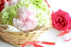 康乃馨花花束和上升了 免版税库存图片