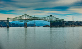 康德B. McCullough Memorial桥梁,以前北部弯桥梁,是在北部弯附近跨过美国路线的101库斯贝的悬臂桥,俄勒冈 McCullough纪念品桥梁 库存照片