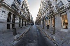 康德de阿兰达街道白点180视图在马德里市 免版税库存图片