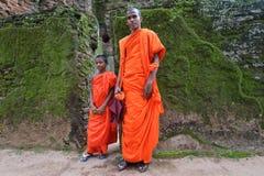 康提,斯里兰卡, 2015年11月08日:在胡同的Buddists 库存图片