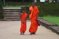 康提,斯里兰卡, 2015年11月08日:在胡同的Buddists 库存照片