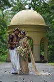 康提,斯里兰卡, 2015年11月10日:穿传统礼服的新娘和新郎 免版税图库摄影
