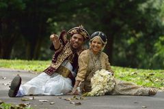 康提,斯里兰卡, 2015年11月10日:穿传统礼服的新娘和新郎 库存照片