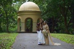 康提,斯里兰卡, 2015年11月10日:穿传统礼服的新娘和新郎 库存图片