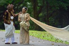 康提,斯里兰卡, 2015年11月10日:穿传统礼服的新娘和新郎 免版税库存照片