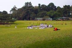 康提,斯里兰卡, 2011年10月21日:学生步行通过公园 免版税库存照片