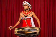 康提,斯里兰卡-大约2013年12月:传统舞蹈家 免版税库存图片