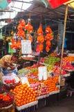 康提,斯里兰卡- 2017年2月05日, :卖主在街道商店卖新鲜水果香蕉、番木瓜和菜 传统亚洲人l 免版税图库摄影