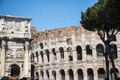 康斯坦丁曲拱和接近它Colisseum在罗马意大利 免版税库存图片