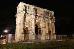 康斯坦丁曲拱在一个夏夜在罗马,意大利 免版税库存照片