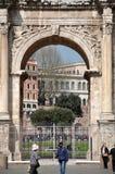康斯坦丁曲拱在罗马斗兽场附近的在罗马,意大利 图库摄影