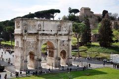 康斯坦丁曲拱在罗马斗兽场附近的在罗马,意大利 免版税库存照片