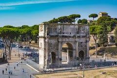 康斯坦丁曲拱的大角度看法从罗马斗兽场的 库存图片