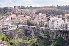 康斯坦丁,阿尔及利亚- 2017年3月7日:市的无背长椅,法国和西班牙殖民地边都市风景康斯坦丁,阿尔及利亚 免版税库存照片