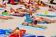 康斯坦察,罗马尼亚- 2010年8月21日 与游人的海滩,一张顶视图 图库摄影
