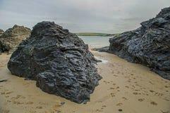 康沃尔海滩场面在显示岩石和海的11月 库存照片
