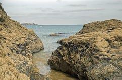 康沃尔海滩场面在显示岩石和海的11月 免版税库存图片