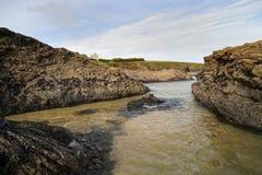 康沃尔海滩场面在显示岩石和海的11月 免版税库存照片