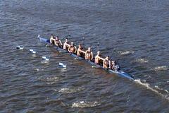 康涅狄格大学在查尔斯赛船会人` s学院Eights的负责人赛跑 免版税库存照片