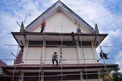 廊曼,泰国- 2018年5月02日:建筑工人是油漆 免版税库存照片