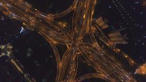 延安在晚上举起了路跨线桥 上海市 ?? 空中垂直的自上而下的看法 影视素材