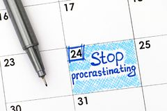 延迟在与笔的日历的提示中止 免版税库存照片