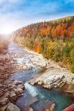 延迟秋天的横向 Sormy有石头的山河在山 免版税库存图片