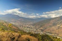 廷布市鸟瞰图在不丹 免版税库存照片