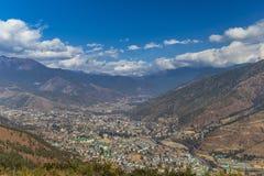 廷布市鸟瞰图在不丹 库存图片