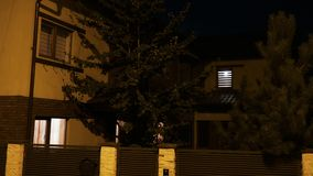 建立住宅房子射击有打开和关上在夜间期间的光的- 股票录像