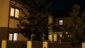 建立住宅聪明的断断续续房子转动的光的射击在夜间的每间屋子里- 股票视频