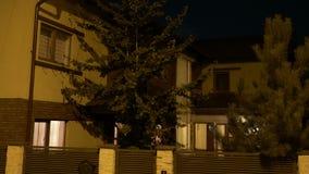 建立室外房子围场射击有打开在每间屋子里从零的地面开始的光的在晚上- 影视素材
