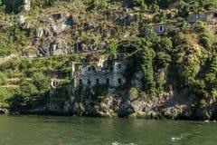 建立建筑学和植被的老废墟在维拉Nova de G 免版税库存照片
