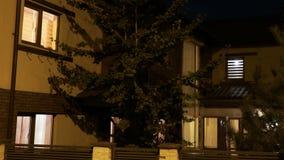 建立房子自动化转动的光射击断断续续在夜间- 影视素材