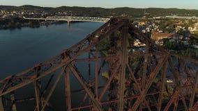 建立桥梁的射击在俄亥俄河的大角度黄昏 股票视频