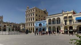 建立游人的射击天在哈瓦那` s老镇中心 股票视频