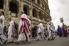 建立罗马:游行通过罗马街道  免版税图库摄影