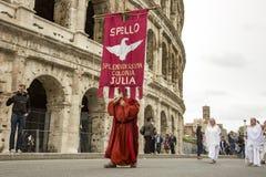 建立罗马:游行通过罗马街道  库存照片