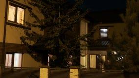 建立聪明的住宅房子射击有打开和关上在第一和二楼上的光的- 影视素材