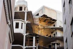 建筑一个新的大厦,地板的架设阶段照片  免版税库存照片